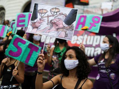 Manifestantes protestam contra o tratamento da justiça para mulheres vítimas de estupro, em novembro, no Rio de Janeiro.