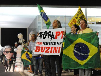 Manifestantes contrários ao Governo petista protestam em frente ao Palácio do Planalto, no dia 4 de março.