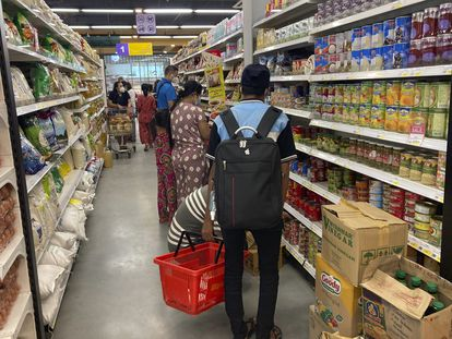 """Moradores de Yangon, principal cidade mianmarense, fazem compras em um supermercado nesta quarta-feira, após a declaração de uma """"guerra defensiva"""" contra a junta militar por parte do governo paralelo."""