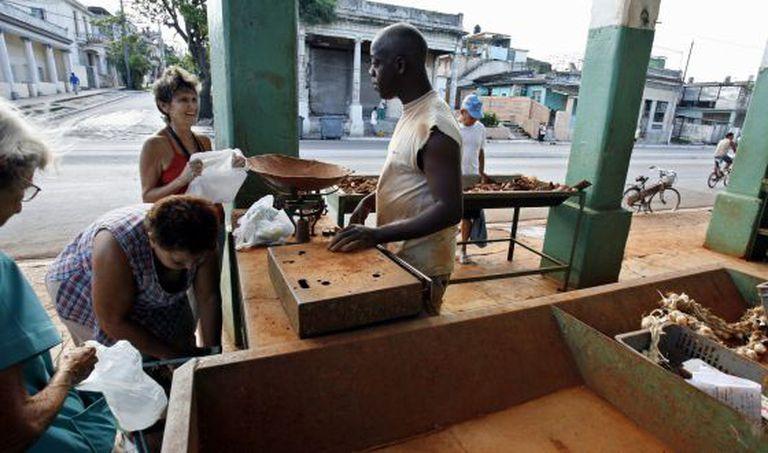 Cubanos fazem compram em mercado pouco abastecido de Havana.
