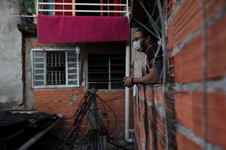 Morador da favela de Paraisópolis, em São Paulo, em isolamento contra o coronavírus.
