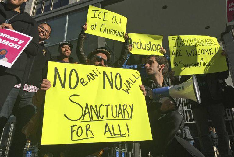 Manifestantes em São Francisco pedem que a cidade se torne um refúgio para imigrantes.