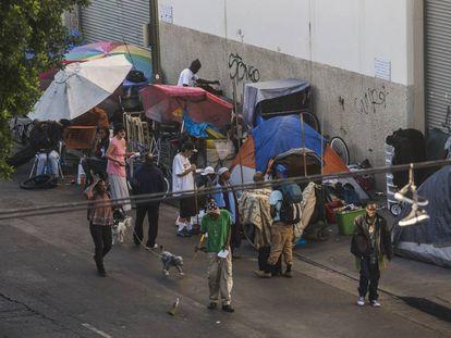 Barracas de camping bloqueiam as calçadas da rua Seis, em Skid Row, no centro de Los Angeles.