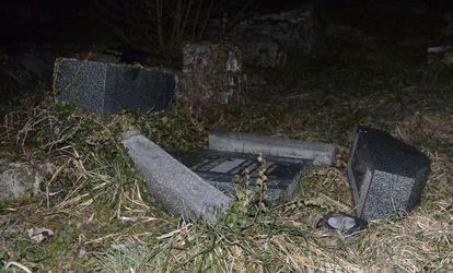 Um dos túmulos violados.
