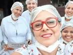 La enfermera Carla Mileni Siqueira dos Santos (con gafas rojas), de 49 años, con parte de su equipo.