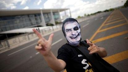 Manifestante protesta contra Bolsonaro em frente ao Palácio do Planalto, nesta quarta.
