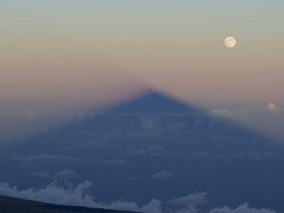 A sombra do Teide acariciou a superlua justo antes do eclipse