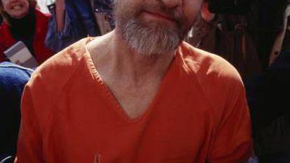 Policiais conduzem Theodore Kaczynski, o Unabomber, ao tribunal em 1996.