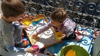 Crianças brincam na sacada em Madri.