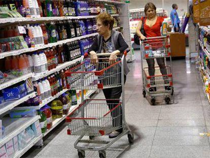 Duas mulheres compram em um supermercado de Caracas.