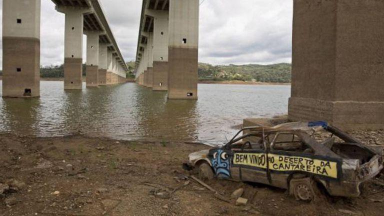 Carro abandonado em Atibainha, que integra o sistema Cantareira, em 2015