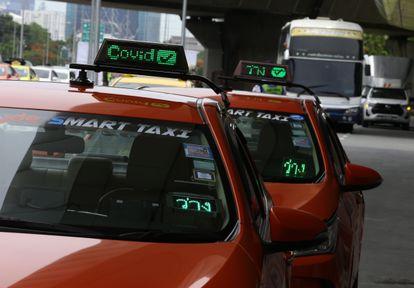 Em Bangkok, taxistas sinalizam nos carros que já receberam as vacinas contra a covid-19. Até esta segunda-feira, 24 de maio. cerca de 3.000 veículos contavam com esta sinalização na capital da Tailândia.