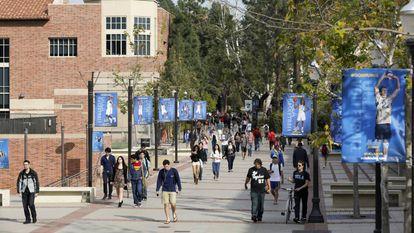 Alunos no campus da Universidade da Califórnia, em Los Angeles.