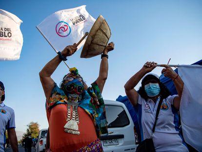A candidata do Partido do Povo, a mapuche Juanita Millal, faz campanha em Santiago.