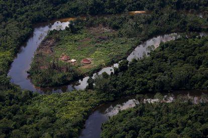 Uma aldeia indígena yanomami durante uma operação do Ibama contra garimpos ilegais em Roraima, em abril de 2018.