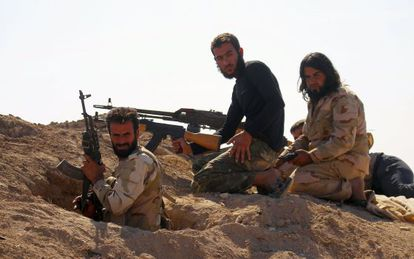 Rebeldes sírios na província de Hama, no domingo.