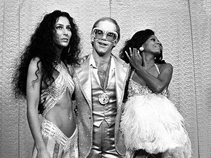 Cher, Elton John e Diana Ross posam no Rock Music Awards de 1975. Os dois primeiros foram acusados de incluir referências ofensivas em relação a minorias raciais em suas letras.