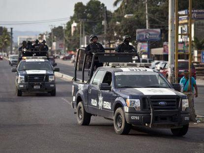 Carros da patrulha em Lázaro Cárdenas.