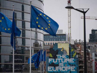 Sede da Comissão Europeia e, ao lado do edifício, uma obra do artista belga NovaDead com uma mensagem europeísta.