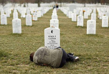 Mulher em frente à tumba do seu irmão, em Arlington.