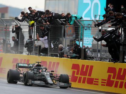 O box de Hamilton comemora com ele a vitória no Grande Prêmio da Turquia que lhe valeu seu sétimo título mundial.