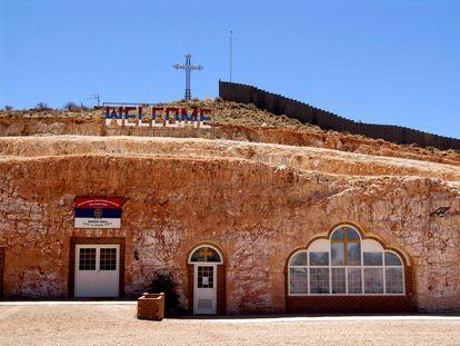A igreja ortodoxa sérvia de Coober Pedy foi construída na rocha para protegê-la do calor.