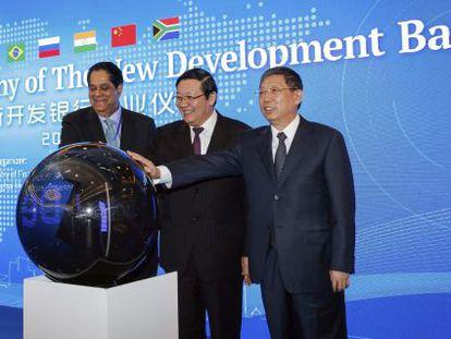 O presidente do NBD, Kundapur Vaman Kamath; o ministro de Finanças chinês, Lou Jiwei e o prefeito de Xangai, Yang Xiong, nesta terça-feira.