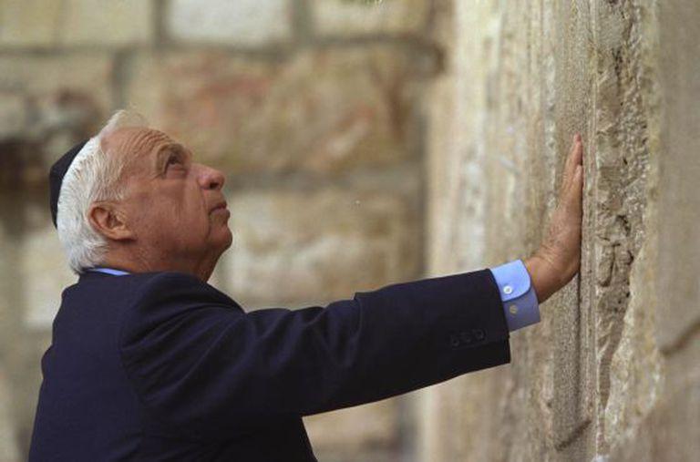 Ariel Sharon no muro das Lamentações em 2001.
