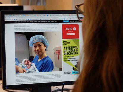 O doutor John Zhang, com o bebê recém nascido, em uma imagem de 'New Scientist'.