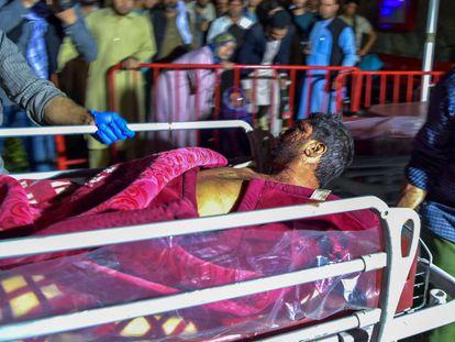 Transporte de um dos feridos pelos atentados em Cabul, capital do Afeganistão, na quinta-feira.
