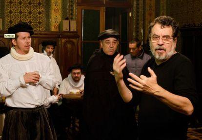 Atores ensaiam a peça 'O mercado de notícias' com Jorge Furtado (à direita).