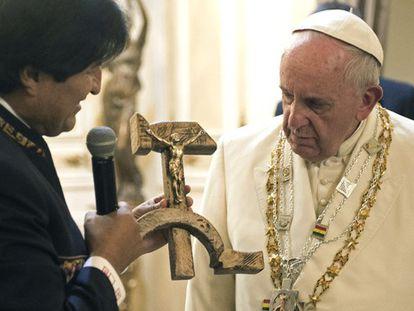 Evo Morales entrega ao Papa um crucifixo.