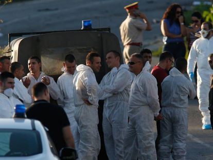 Legistas perto do carro-bomba que matou Caruana Galizia