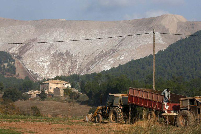 Uma montanha artificial de sais da Iberpotash em Bages (Barcelona).
