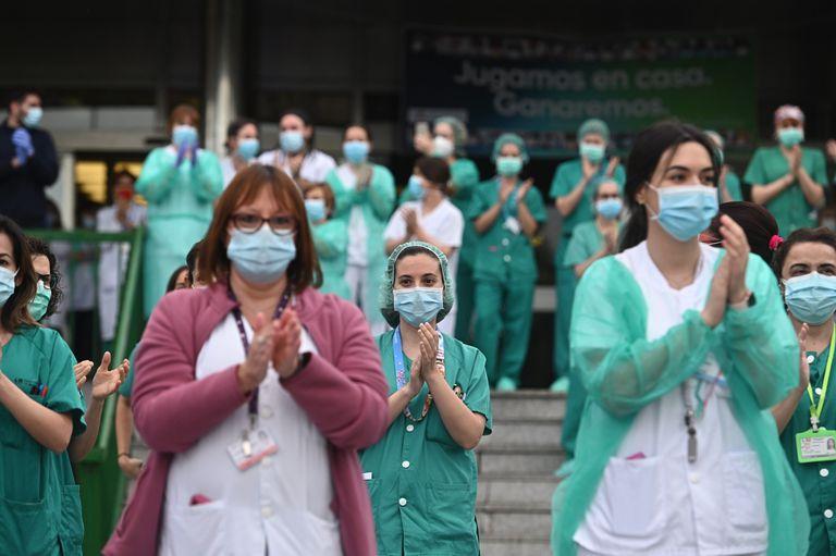Profissionais de saúde de Madri agradecem, em 20 de abril, os aplausos populares por seu trabalho na luta contra o coronavírus.
