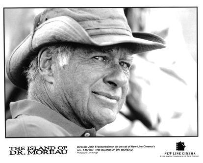 O diretor John Frankenheimer na rodagem de 'A ilha do Dr. Moreau', em 1996.