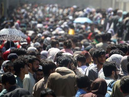 Uma multidão de afegãos se dirige ao aeroporto de Cabul na quinta-feira pela manhã.