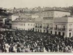 A assinatura da Lei Áurea no Paço Imperial, no Rio de Janeiro, é acompanhada por uma multidão, em 13 de maio de 1888.