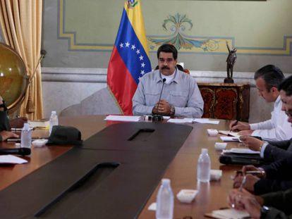 O presidente venezuelano, Nicolás Maduro, fala no palácio de Miraflores.