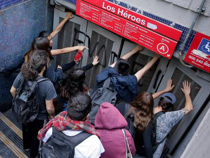 Protesto pelo aumento do metro em Santiago do Chile.