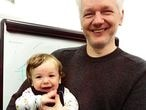 Julian Assange con uno de sus hijos. Foto de 60 Minutes Australia (programa de televisión)