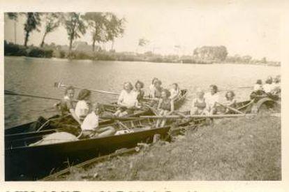 Margot Frank, no meio do bote de trás, num clube de remo em 1941.