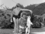 Una inhabitual imagen de Kirk Douglas, la familiar, junto a sus dos hijos mayores Michael y Joel, en su casa en 1954.