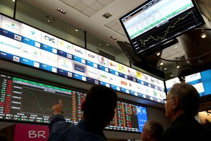 Pessoas observam flutuação da Bolsa em julho de 2019 em São Paulo.