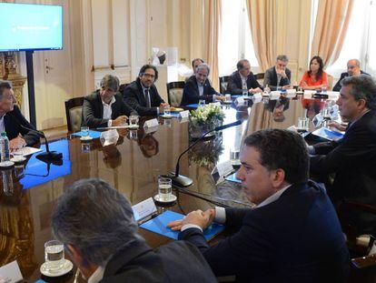 Mauricio Macri (esq.) na última reunião de gabinete de 2017.
