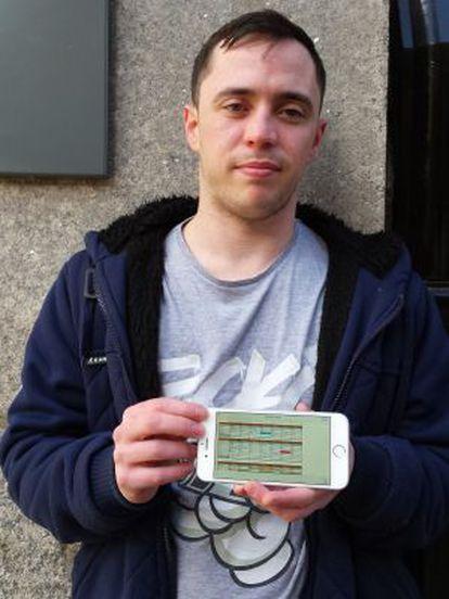 Ciaran Foley mostra em seu celular o calendário que seu chefe lhe envia por email no primeiro dia de cada mês para avisar sobre seus horários.