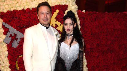 Elon Musk e sua namorada, Grimes, durante a festa do MET em Nova York, em maio de 2018.