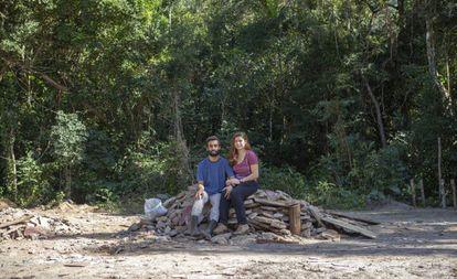 Héber Prado e Vanessa Honorato, sentados sobre os entulhos do que era sua casa.