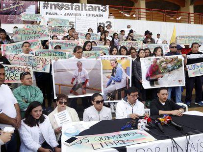 Manifestação em apoio dos repórteres e motorista sequestrados, em 1 de abril, em Quito.