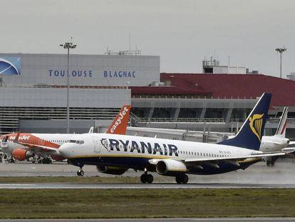 Um avião da Ryanair decola do aeroporto de Toulouse-Blagnac.